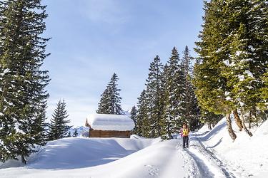 Raufgehen zum Runterkommen: Die ÖV-Anreise ins Glarnerland dauert zum Beispiel ab Zürich HB zwischen 45 und 90 Minuten. Bild: Travelita