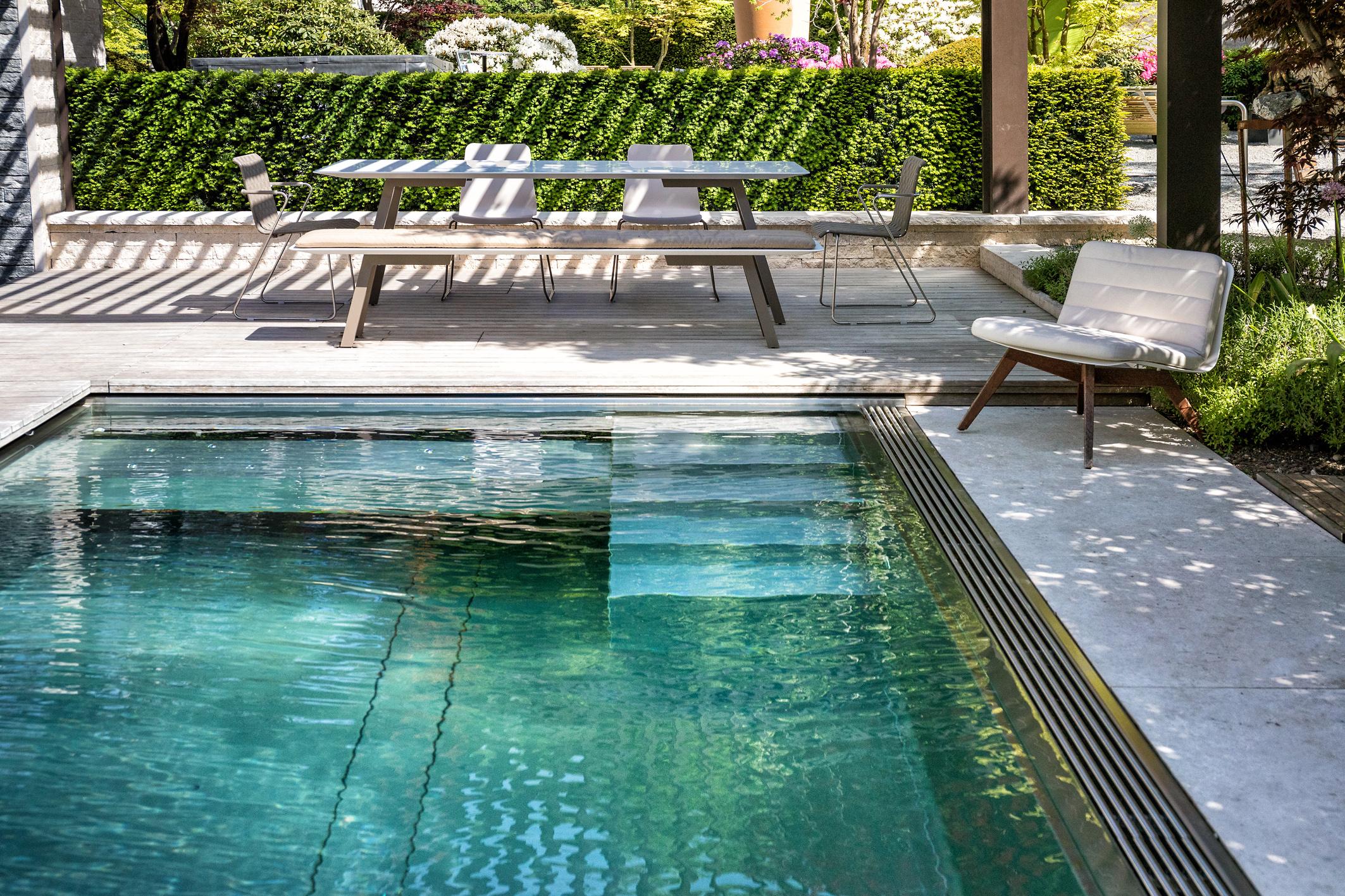 Natürlich gereinigter Swimmingpool in der Gartenvilla