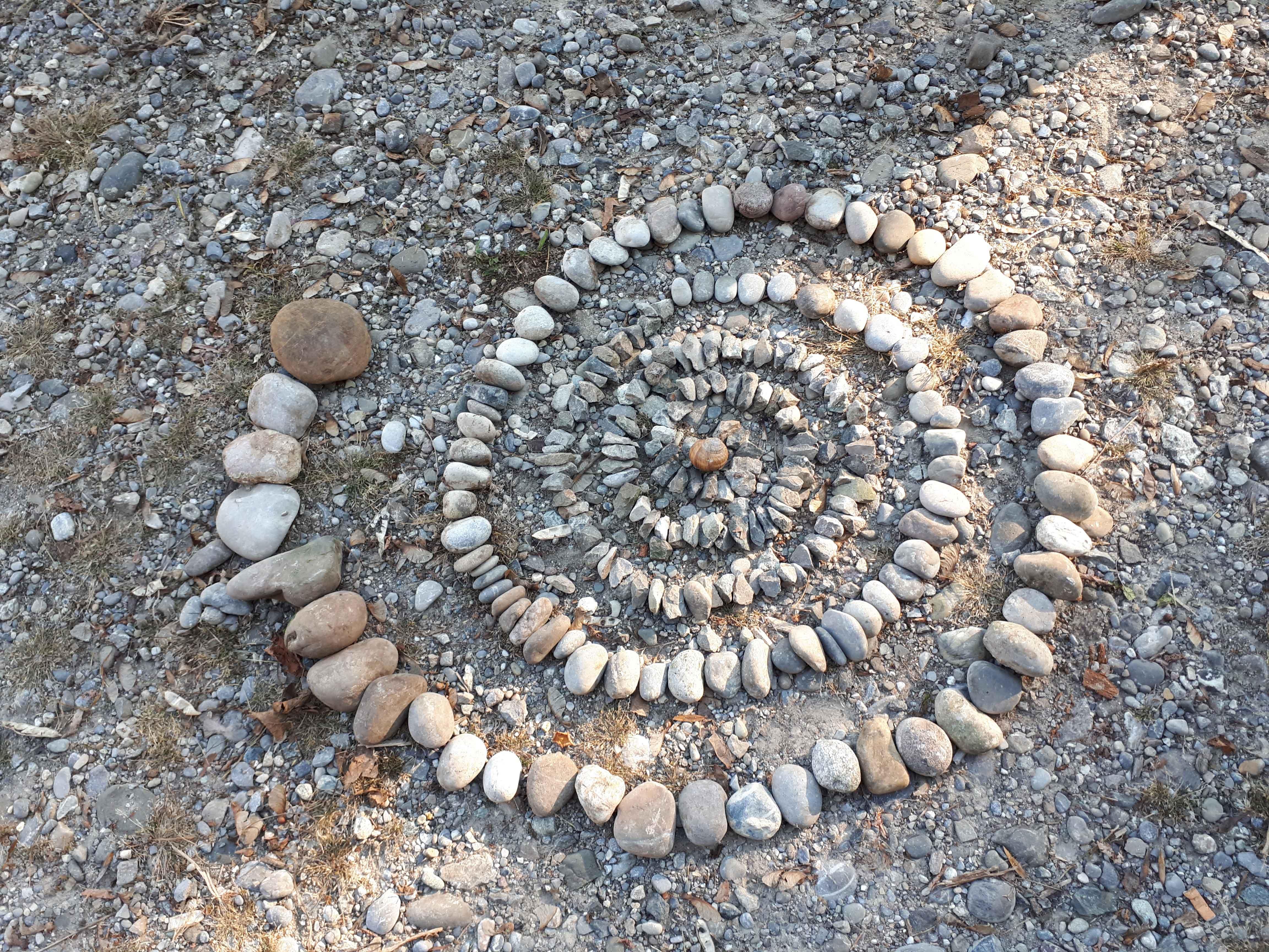 Kinderworkshop: Stecken, Steine und andere Fundstücke - Kunst im Wald